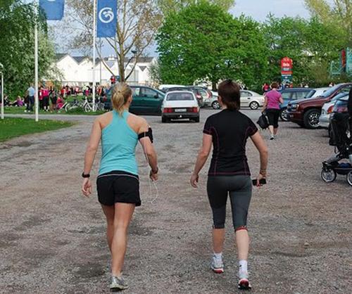 Två löpare på väg till start