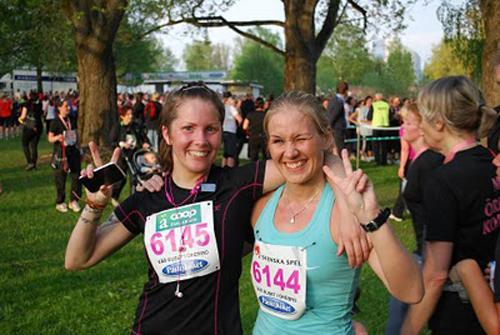 Två nöjda löpare i mål