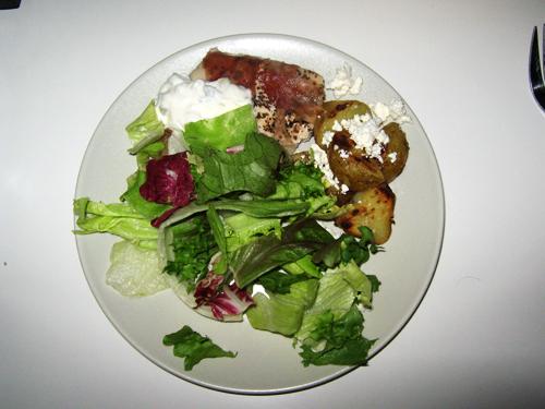 Kyckling, stekt potatis, tsatziki och sallad